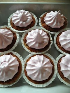 Annis lækkerier: Rabarber cupcakes :-) Med guf topping.