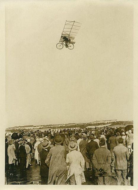 Massale belangstelling voor vliegende fiets by Nationaal Archief