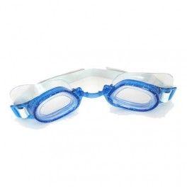 Splash Junior Okulary Splash Junior to model gogli do pływania z korekcją przeznaczony dla dzieci. Okulary tych gogli są wykonane ze szkła. Dzięki temu istnieje możliwość wyprodukowania szkieł z niemal każdą mocą oraz korekcją, tak jak w normalnych okularach do codziennego noszenia. Okulary pływackie Splash Junior dostępne są w trzech kolorach : niebieskim, różowym i zielonym. Posiadają szeroką przeźroczystą uszczelkę, dzięki czemu lepiej przylegają do twarzy.