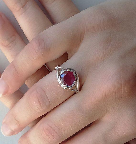 anello fatto in argento 925 con rubino naturale. Fatto nello stile della gioielleria fine siciliana e un gioiello dallo stile romantico
