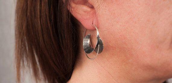 Pendientes exclusivos de plata de ley oxidada hechos mediante la técnica de la forja.