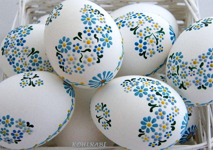 pomněnkové . . . . . Z rozkvetlé louky překrásné kytice malované, něžné a jako skutečné. MareL mé vlastní know-how - motiv jemných modrých kytiček, malované voskem , na druhé straně tři větší kytičky spojené lístky. Všechny kraslice jsou řádně vysavovány , tudiž odstraněné nečistoty a vnitřní blanka, tím zaručuji bělost každého vajíčka a především ...