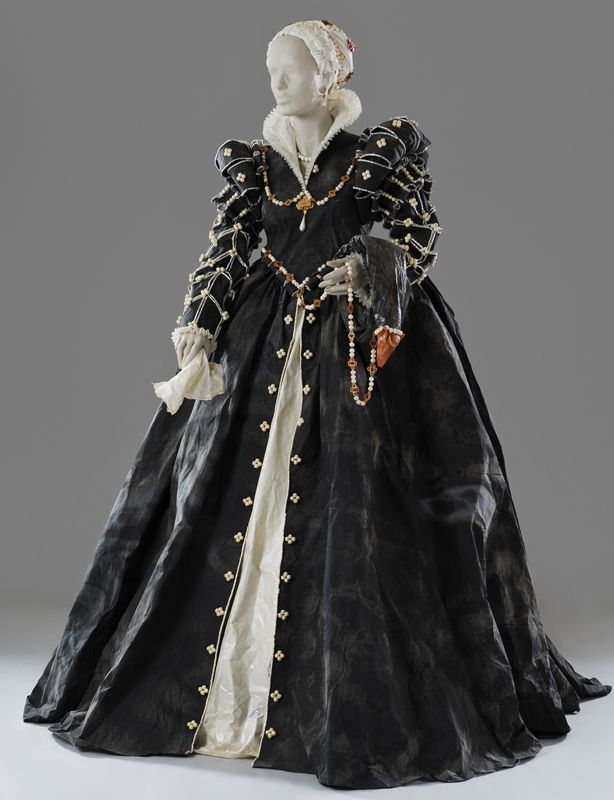 Isabelle de Medici (1542 - 1578); daughter of Cosme I and Eleonora de Toledo). Paper dress created by Isabelle de Borchgrave in 2007.