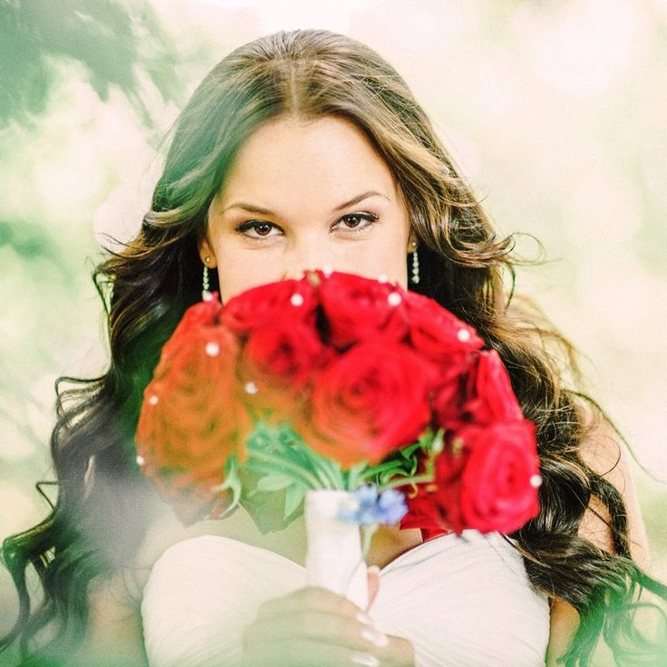 Photo: Sonia Jansson Hair&MakeUp: Kim Ikonen Jennings https://www.facebook.com/kimikonenmakeupartist www.instagram.com/kimikonencreatives bridal hair, bridal makeup, classical, loose waves, loose curls, beauty, red roses, Sweden