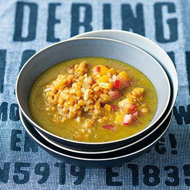 Scharfe Linsen-Suppe mit Mango