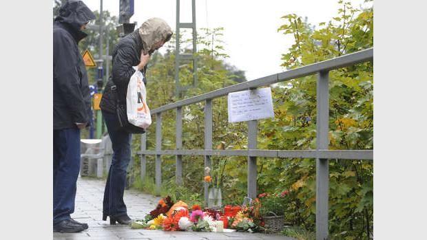 Trauernde am S-Bahnhof