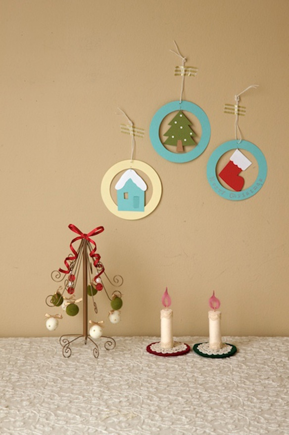 カラフルなクリスマスを楽しむ手作り品たち。1個だけでも気分が盛り上がるし、こんな風にいくつか一緒に飾っても楽しい。/クリスマスのオーナメント、ツリー、リース30(「はんど&はあと」2011年12月号)