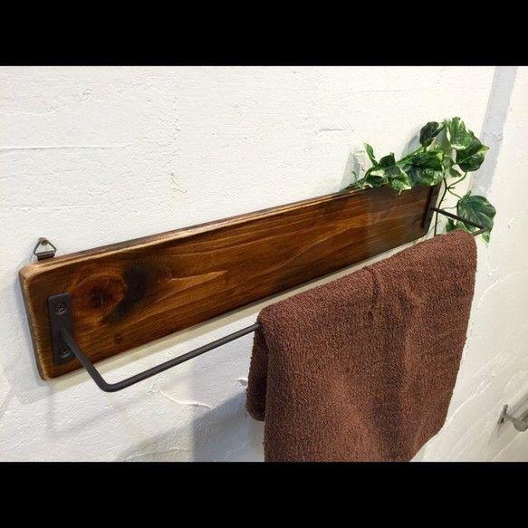 キッチンやトイレ、洗面所などに設置して使えるタオルハンガーです*シンプルに仕上げたので、お部屋にさりげなく馴染みます。タオル以外にも、ショールやマフラーを掛けたりS字フックを使って他のものを掛けたり、お部屋に合わせて使い方は多様です(*^^*)サイズ横45cm×幅8.5cmアンティーク加工を施した木材にアイアンを付けたタオルハンガーです。壁に掛けられるように金具フック付きです。(ピンや小物は付属しませんm(_ _)m…