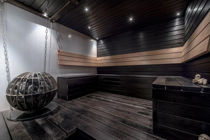 Upea pallokiuas tummassa saunassa