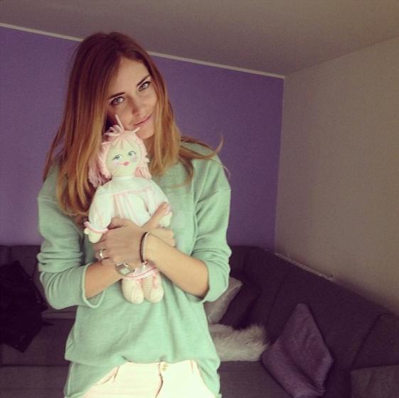 """Chiara Ferragni, in arte """"The Blonde Salad"""", giovanissima blogger e star del lifestyle internazionale, con la Pigotta UNICEF appena adottata."""