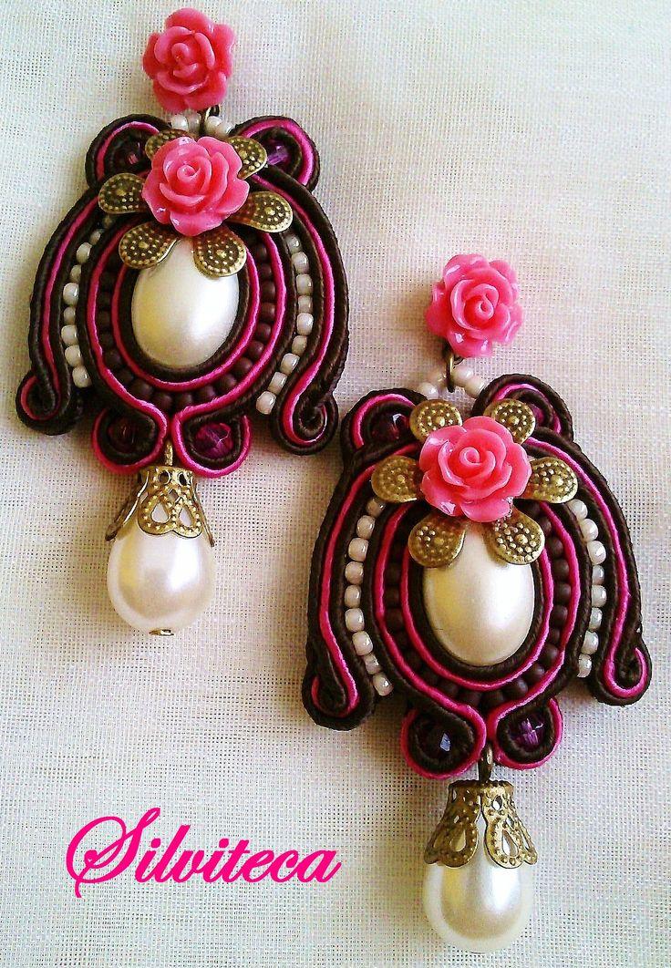 Pendientes soutache en rosa fuerte y marrón chocolate, con rositas de resina.