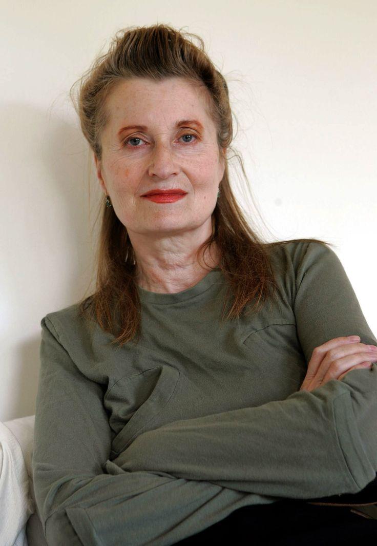 Elfriede Jelinek (Austria, 1946). Premio Nobel de Literatura en 2004. Escritora, dramaturga y activista feminista austriaca. Aclamada y controvertida, las obras de Jelinek se mueven entre la prosa y la poesía, e incluyen descripciones que van desde escenas teatrales a secuencias fílmicas. Décima mujer galardonada con el premio Nobel, y segunda de nacionalidad austriaca, en 2004 obtuvo el de Literatura por «el flujo musical de voces y contravoces en sus novelas y obras de teatro».