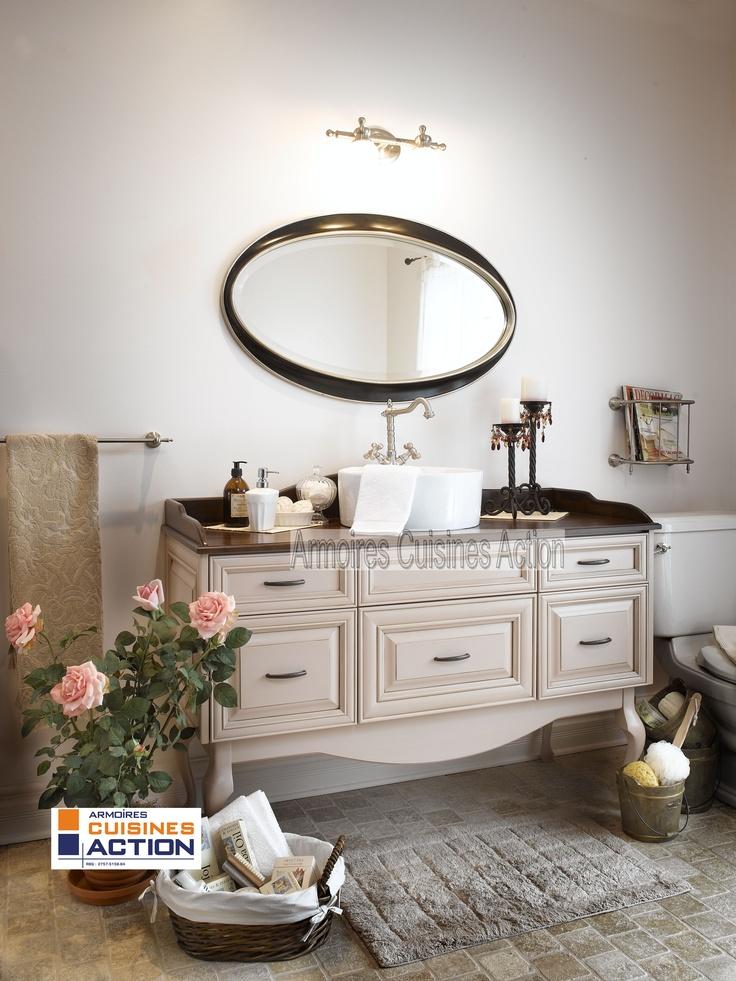 Salle de bain au look romantique de par ses porte en merisier au centre arrondi. Le pourtour du comptoir confirme ce look.