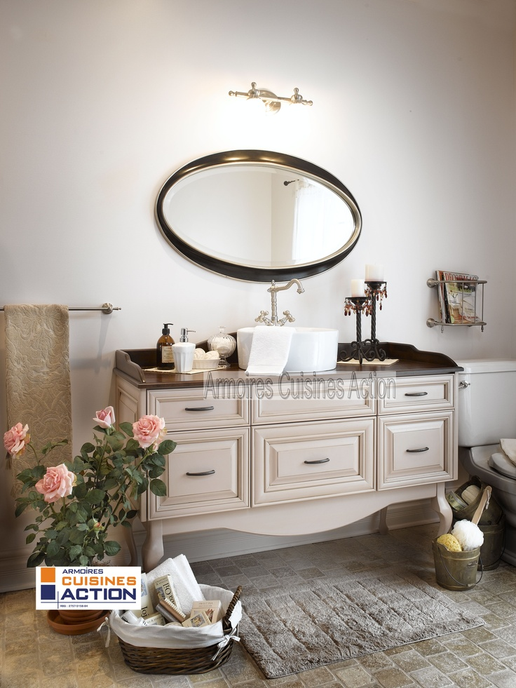 salle de bain au look romantique de par ses porte en merisier au centre arrondi le pourtour du. Black Bedroom Furniture Sets. Home Design Ideas
