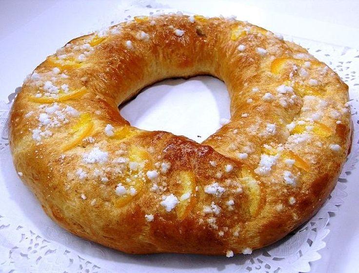 Es una rosca típica de Cataluña y su masa esponjosa mezclada con frutos secos y glaseados le quedan de maravilla