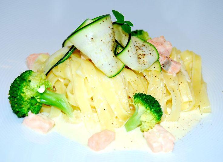 Krämig Laxpasta med vitvinssås, fräst zucchini & ångkokt broccoli!