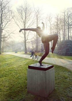 Man met kind aan standbeeld. Middelheimmuseum Antwerpen, in de open lucht! | Middelheim Open Air Museum, Antwerp, BE.