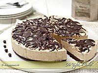 Poke cake al cioccolato una torta particolare, veloce e golosa. Una base al cioccolato umida dove si formano tanti buchi che racchiudono tanto cioccolato.