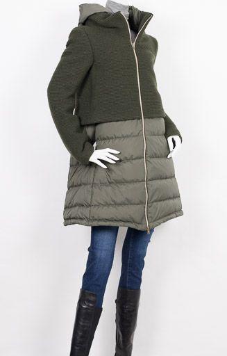 HERNO ヘルノ 【国内正規品】グリーン ニット×ダウン 切り替え フード付き ロングダウン コート 冷たい風をさえぎり身体を暖かく守ってくれる存在。そして、素敵でオシャレな存在。機能性とデザイン性が高い評価を受けているヘルノのダウンは、スカートやパンツに合わせて、スタイルアップしてくれます。お尻の隠れる丈感は、寒い季節にうれしい長さです。上質素材ならではの大人の艶感と上品な女性らしさはしっかりと確保しています。ジップを開けても締めてもきれいに魅せてくれます。取り外し可能なフードにもちゃんとダウンが入れられており、肩から抜けるように立ち上がるハイネックはヘルノ独特のすっきりと美しいラインを描きます。