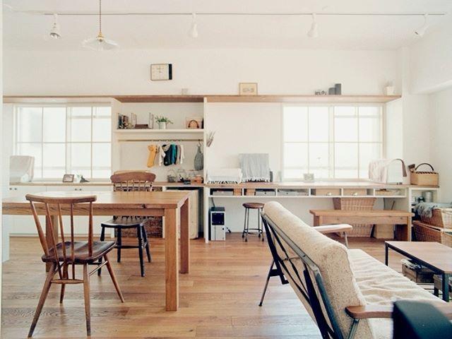 リフォーム前はあまり使っていなかった和室をつぶし広々としたLDKに改造  窓辺には横長の机とオープン棚を設けアトリエスペースに  建具にもこだわり部屋の雰囲気に合わないアルミサッシを隠すため白の木製格子を取り付けました   courbe #アネストワン @anestone   #リビング #living #ナチュラルテイスト #マンションリノベーション #ハウスノート #housenote #家づくり #マイホーム #マイホーム計画 #マイホーム計画中  #住宅設計 #住宅デザイン #住宅建築 #住まい #住まいづくり #建築家 #リノベーション会社 #工務店  #リフォーム会社 #インテリアデザイン #内装 #マンションリフォーム #フローリング #無垢フローリング