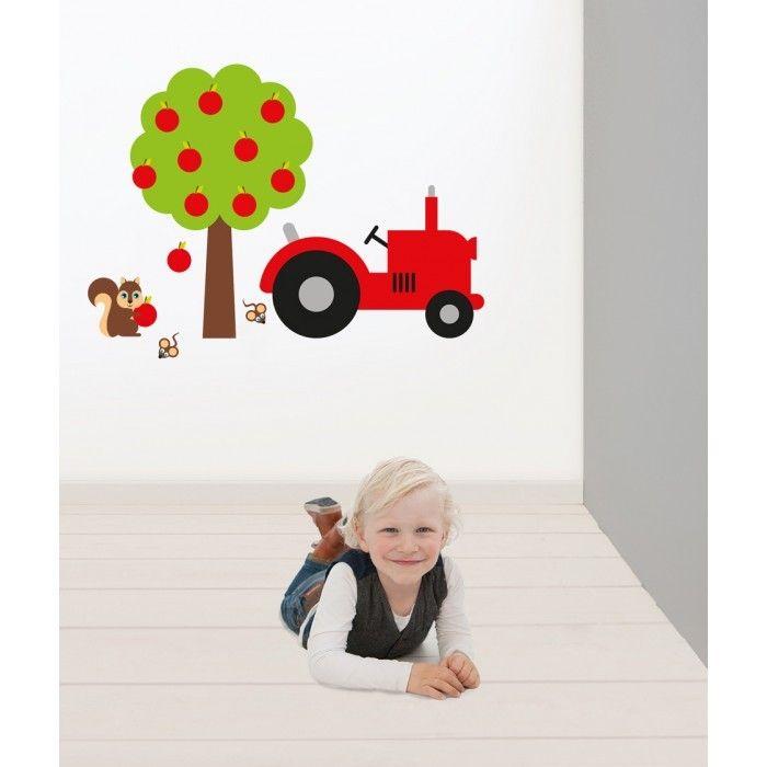 Muursticker van een mooie rode tractor tussen de fruitbomen #boerderij # kinderkamer #muurdecoratie