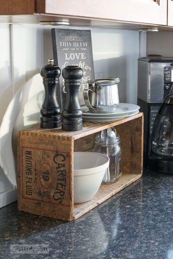 カウンターの上に置いただけですが、シャービー感がいいですね。ステンレスや白&黒に囲まれたキッチン小物にもばっちり似合っています。