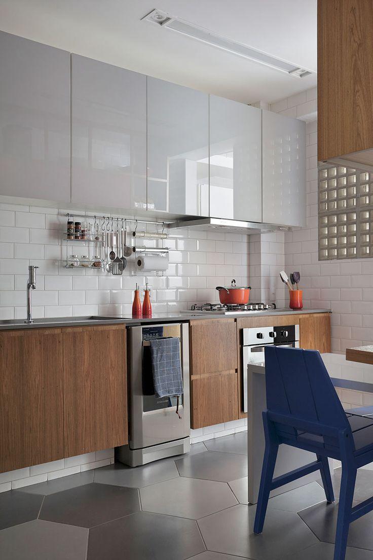 decoração, decoração de apartamento, apartamento, ambiente integrado, revestimento, decoração estilosa, estilo, madeira, cozinha, cozinha decorada, decoração de cozinha, cadeira azul, revestimento.