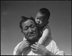 ドロシア・ラング - Wikipedia1942年7月2日。マンザナー強制収容所において撮影。日系人の祖父と孫