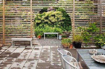 Fina utblickar, dit ögat kan söka sig, och väcka nyfikenhet för en annan del av trädgården är ett viktigt inslag för en intressant och levande trädgård. Här har man fått en skyddad uteplats, men ändå med ett intressant blickfång. Lägg även märke till hur mycket den ljusa bänken i förgrunden till den gröna fonden gör för att skapa ett intresse.
