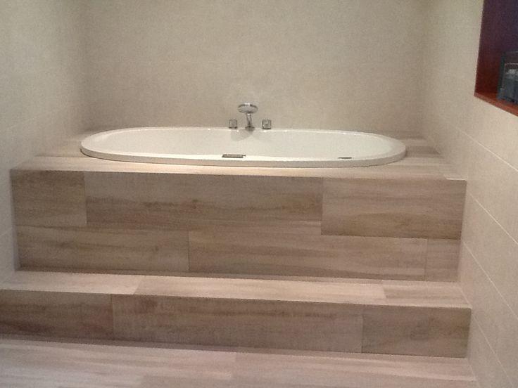 Nieuwe badkamer met cleopatra whirlpool en keramisch parket bij bubbels jets showroom - Tegel imitatie parket badkamer ...