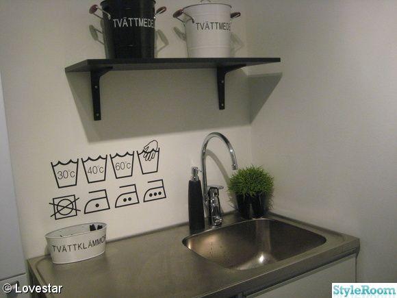 Fina väggdekorationer för tvättstuga.