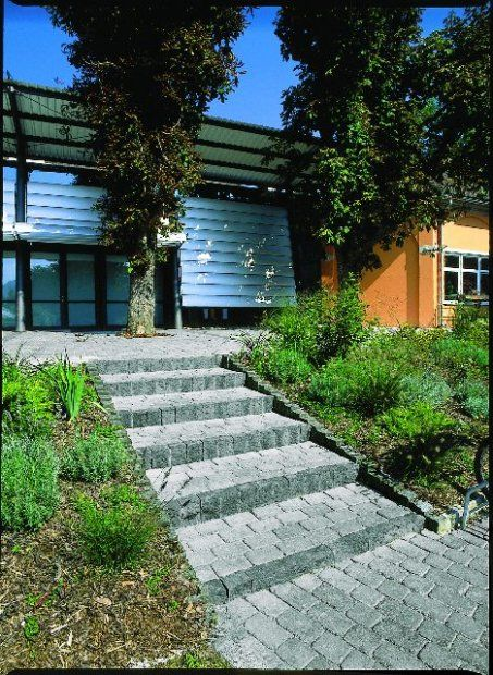 Jeśli chcemy, aby na schody nie osypywała się ziemia ze skarpy, warto ich boki zabezpieczyć ścianką, choćby bardzo niską