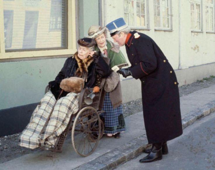 Fru Fernando Møghe, Misse Møghe samt Oberst Hackel på gaden i Korsbæk.