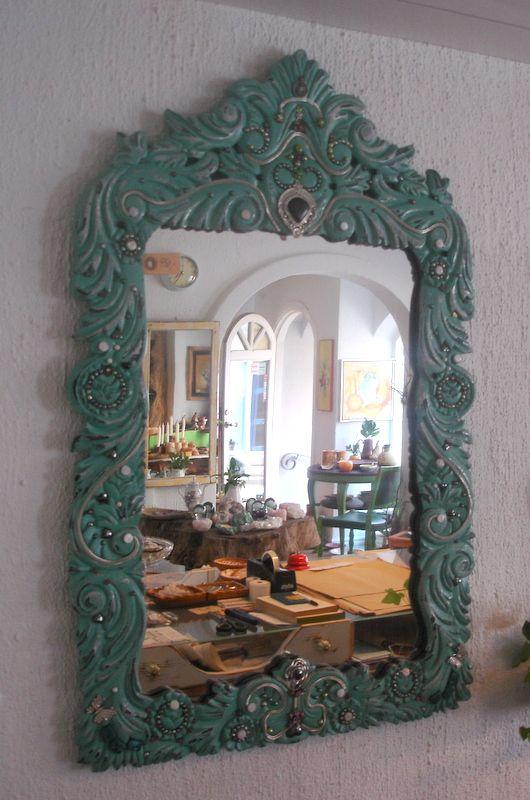 spejl med perler og smykkedele