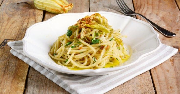 Spaghetti con fiori di zucca, bottarga e lime: una ricetta facile e veloce per portare in tavola un primo piatto sfizioso. Da provare!
