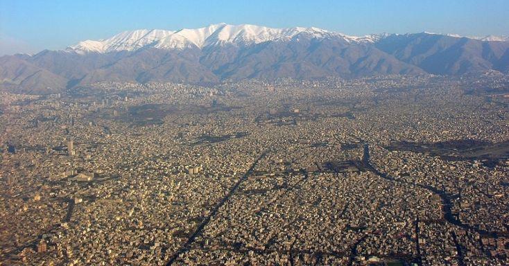 Com mais de 8 milhões de habitantes, Teerã exibe suas dimensões gigantescas nesta imagem feita desde a janela de uma aeronave. A capital iraniana é protegida pela cordilheira do Alborz, que pode ser vista na foto