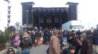 Foto notizia: i fan di Mengoni già a Piazzale Fellini. Dalle 4 sotto il palco con coperte e plaid