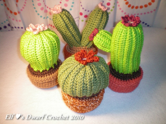 Crochet Cactus Garden Download the free pattern on Jennifer's blog! ~ elfluvsdwarf.blogspot.com/2010/07/crochet-cactus-garden-f... ~