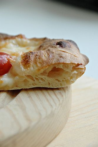 Lo ammetto.La prima volta che l'ho fatto mi sono sentita felicissima! Questo impasto è davvero fantastico e il risultato che si ottiene è una pizza come quella della pizzeria, sottile , con il bordo alto e la cottura del cornicione a leopardo......