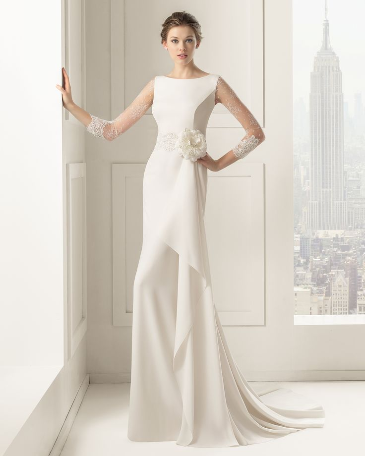 Robe de mariée en dentelle rebrodée, manches longues, pierreries et crêpe, ivoire. Modèle Saeta, Rosa Clara 2015