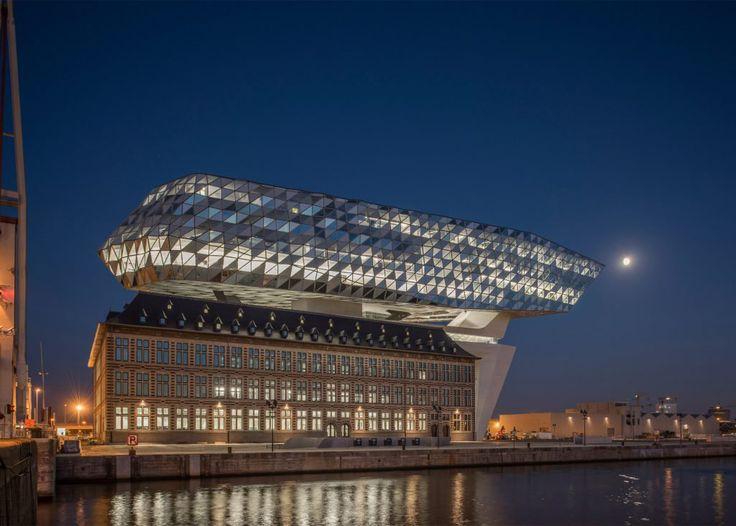 Бюро Zaha Hadid Architects водрузило стеклянную глыбу на крышу пожарной станции