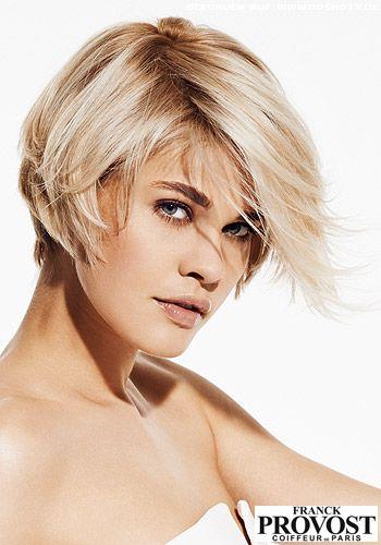 Tiefer Seitenscheitel betont das doppelt blonde Farbkonzept - Bob Frisuren-Bilder - COSMOTY.de