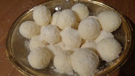 Κοινοποιήστε στο Facebook Από τα πιό γευστικά και γρήγορα τρουφάκια με κόστος ΜΟΝΟ ινδοκάρυδο 0.75 λεπτά το ένα,χρειαζόμαστε 2 φακελάκια , και ζαχαρούχο γάλα 0,80 για 25 τρουφάκια με απίστευτη γεύση !!!ΦΤΙΑΞΤΕ ΤΑ ! 1 ζαχαρούχο γάλα 2 πακετάκια ινδοκάρυδο...