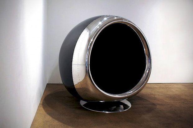 Fallen Furniture ontworp deze stoel gemaakt van een oude vliegtuigmotor.