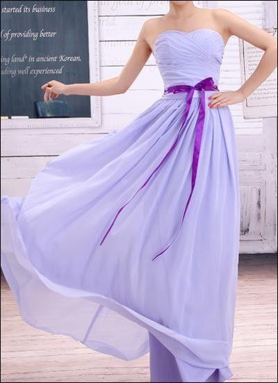 Feminines Brautjungfernkleid in zartem Lavendel mit Taillenschleife