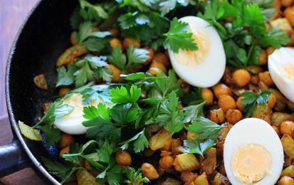 Insalata di ceci e uova sode - L'insalata di ceci e uova sode è un piatto facile e super veloce: preparate le uova sode e tagliatele a rondelle, per poi unirle a ceci lessati in scatola. Il condimento è  a base di olio, sale, pepe e coriandolo.