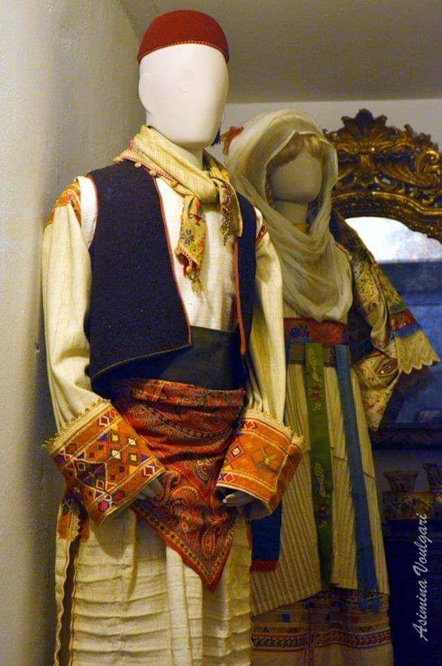 Ανδρική φορεσιά από το Πυργί της Χίου  και γυναικεία φορεσιά από  την Καλαμωτή της. Χίου. Φωτογραφία  Ασημίνα. Βούλγαρη