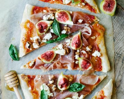 Figs, honey, walnuts, prosciutto and feta cheese Pizza. Oh, so good! Plus, this pizza doesn't only taste incredibly delicious, it also looks fantastic and colorful as well. Amazing, right? Enjoy.