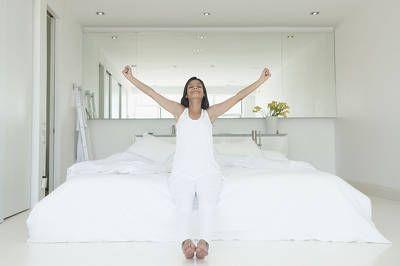Morgengymnastik auf dem Bett