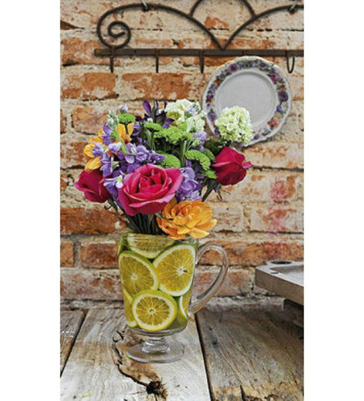 easy flower arranging - O buquê de rosas, mini-hortênsias, minicrisântemos, ranúnculos, frésias e alstroemérias se mantém em meio a rodelas de laranja